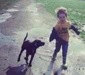 Joplin en een kindje rennen door de plassen